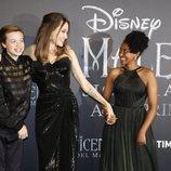 Angelia Jolie con sus hijos Maddox Chiva y Shiloh en la premiere de 'Maléfica: Señora del mal' en Roma