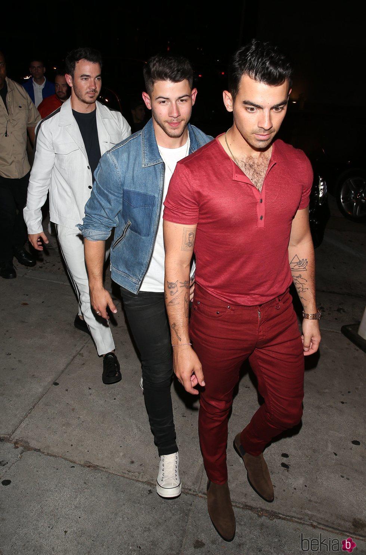 Los Jonas Brothers saliendo a cenar juntos