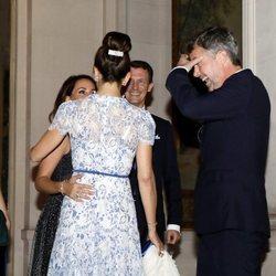 Federico y Mary de Dinamarca saludan a Joaquín y Marie de Dinamarca en una cena en París