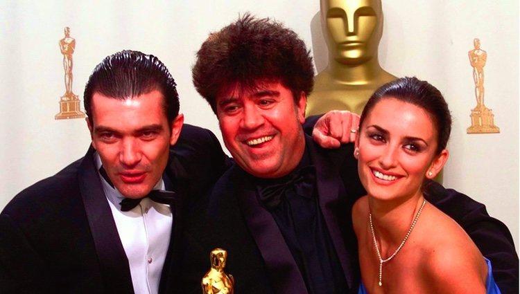Antonio Banderas, Pedro Almodóvar y Penélope Cruz en los Oscar 2000