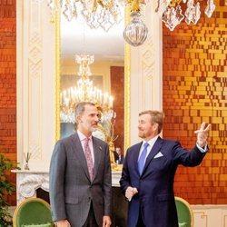 El Rey Felipe conversando con el Rey Alejandro de Holanda en La Haya