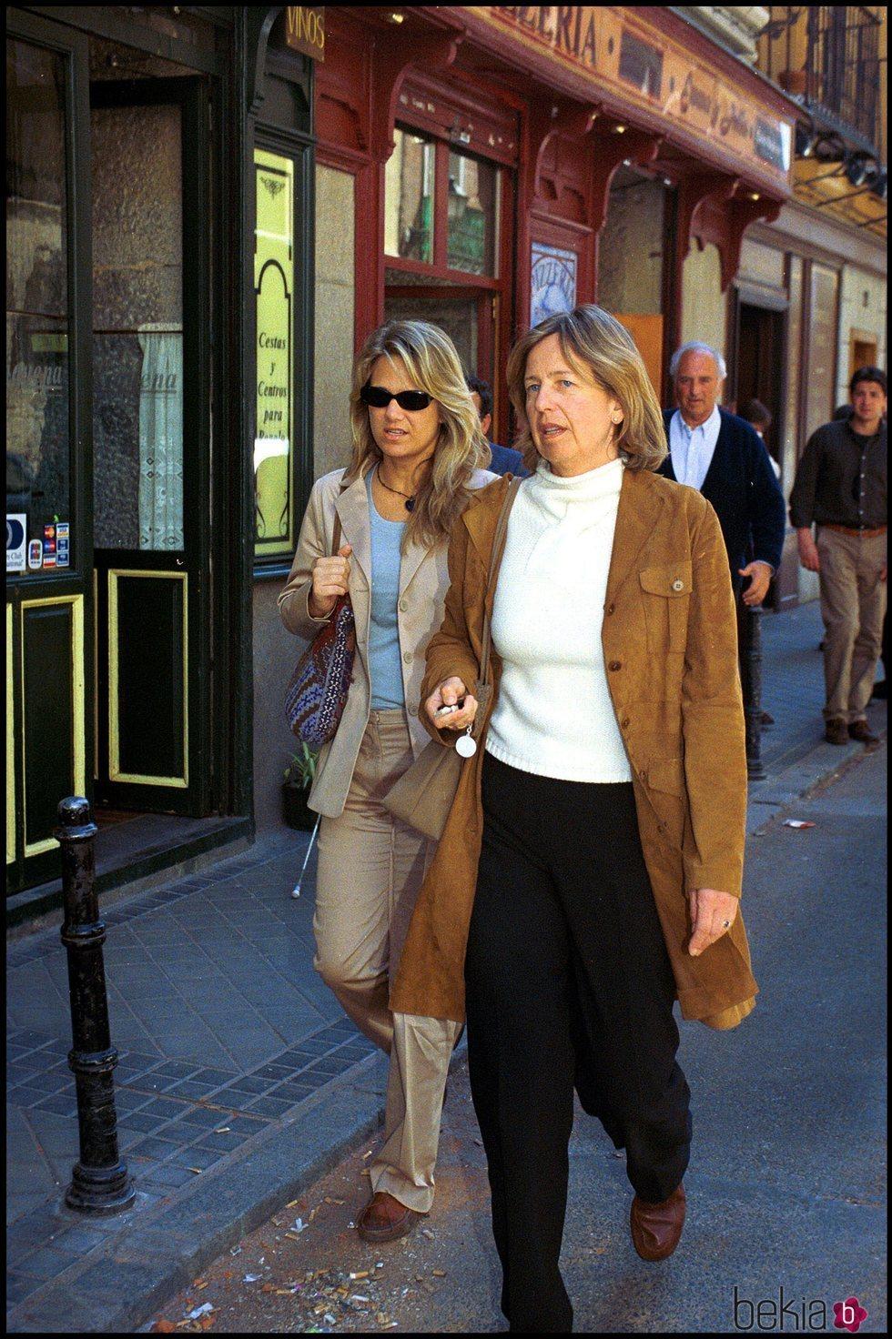 Nora de Liechtenstein e Isabel Sartorius paseando por Madrid