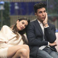 Estela Grande apoyada sobre el hombro de Kiko Jiménez durante la sexta gala de 'GH VIP 7'