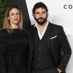 Antonio Velázquez y Yohanna Alonso posando en el photocall de la fiesta del 25 aniversario de Tacha Beauty