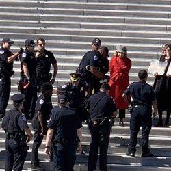 Jane Fonda siendo detenida por manifestarse contra el cambio climático