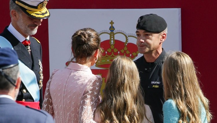 Los Reyes Felipe y Letizia, la Princesa Leonor y la Infanta Sofía saludan al paracaidista accidentado en el Día de la Hispanidad 2019