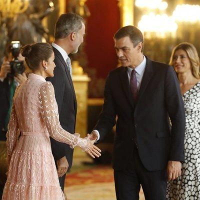 Los Reyes Felipe y Letizia saludan a Pedro Sánchez y Begoña Gómez en la recepción del Día de la Hispanidad 2019