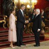 Los Reyes Felipe y Letizia saludan al Duque de Alba en la recepción del Día de la Hispanidad 2019