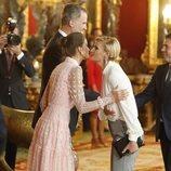 La Reina Letizia y María Zurita se dan dos besos en la recepción del Día de la Hispanidad 2019