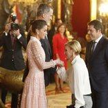 María Zurita hace la reverencia a la Reina Letizia en la recepción del Día de la Hispanidad 2019