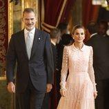 Los Reyes Felipe y Letizia en la recepción del Día de la Hispanidad 2019