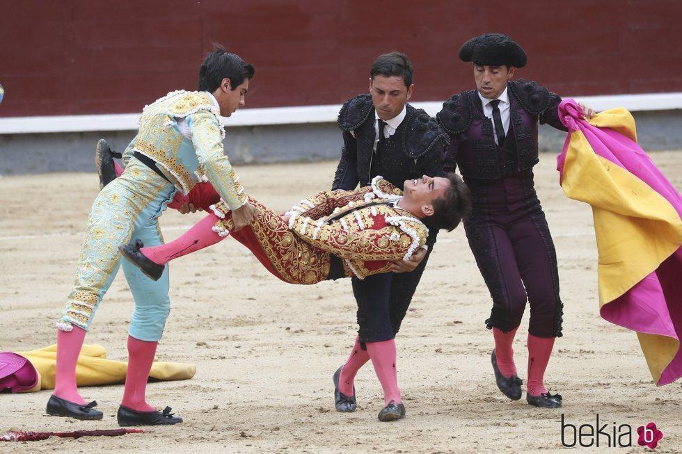 Cogida de Gonzalo Caballero en la corrida de toros del 12 de octubre en Las Ventas