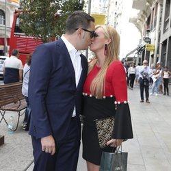 Belén Esteban y Miguel Marcos se besan cariñosamente a la llegada a una boda de amigos