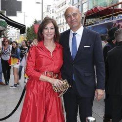 Ana Rosa Quintana y Juan Muñoz llegando a la boda de unos amigos