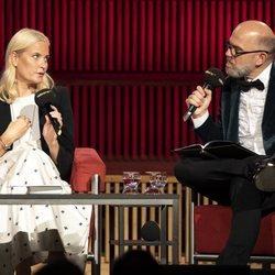 La Princesa Mette-Marit Noruega hablando en la radio alemana