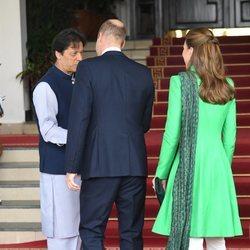 Los Duques de Cambridge, de espaldas, conociendo al Primer Ministro Pakistaní