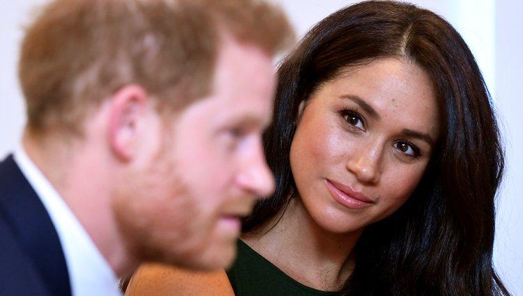 Meghan Markle mira con cariño al Príncipe Harry en los Well Child Awards 2019