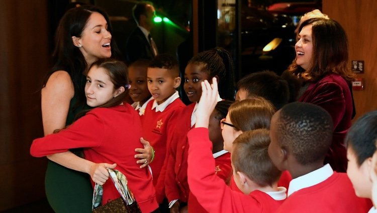 Una niña abraza a Megan Markle en los Well Child Awards 2019