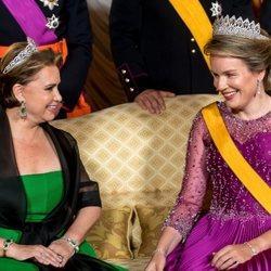 María Teresa de Luxemburgo, Matilde de Bélgica, muy cómplices en la cena por la Visita de Estado de los Reyes de Bélgica