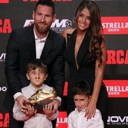 Leo Mesis y Antonella Roccuzzo con sus hijos Thiago y Mateo en la entrega de la Bota de Oro 2019