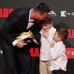 Leo Messi con sus hijos Mateo y Thiago en la entrega de su sexta Bota de Oro