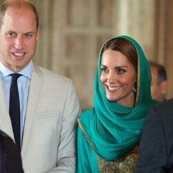 Los Duques de Cambridge juntos conociendo a personas en Pakistán