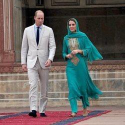Los Duques de Cambridge caminando juntos en su viaje oficial por Pakistán