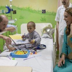 Los Duques de Cambridge jugando con un niño en un hospital infantil en Pakistán