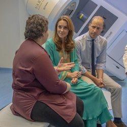 Los Duques de Cambridge hablando con una mujer en un hospital infantil en Pakistán