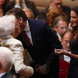 Robert Gavin Bonnar saluda a Menchu Álvarez del Valle junto a Telma Ortiz en los Premios Princesa de Asturias 2019