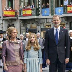 La Reina Sofía, la Princesa Leonor y el Rey Felipe VI a su llegada a los Premios Princesa de Asturias 2019
