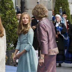 La Princesa Leonor habla con la Reina Sofía llegando a los Premios Princesa de Asturias 2019