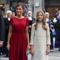 La Reina Letizia y la Infanta Sofía a su llegada a los Premios Princesa de Asturias 2019