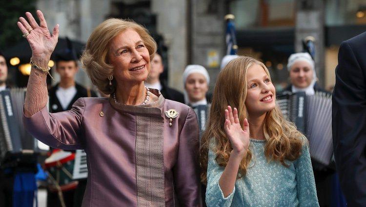 La Reina Sofía y la Princesa Leonor saludan a su llegada a los Premios Princesa de Asturias 2019