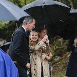 La Princesa Leonor tapando con el paraguas al Rey Felipe VI en Asiegu, Pueblo Ejemplar 2019