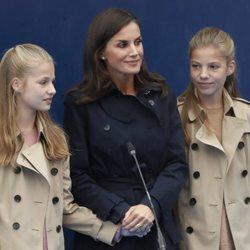 La Princesa Leonor, la Reina Letizia y la Infanta Sofía durante el acto de entrega del Premio Pueblo Ejemplar de Asturias 2019