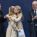 La Princesa Leonor y la Infanta Sofía abrazándose el acto de entrega del Premio Pueblo Ejemplar de Asturias 2019