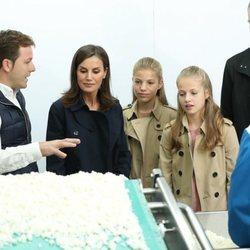 La Reina Letizia, la Infanta Sofía, la Princesa Leonor y el Rey Felipe VI visitando una quesería en Asiegu