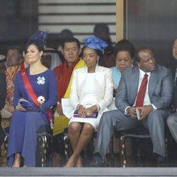 Carlos Gustavo y Victoria de Suecia y el Rey de Bhutan en la entronización de Naruhito de Japón