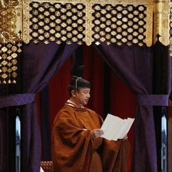 Naruhito de Japón leyendo un discurso en su entronización como Emperador de Japón