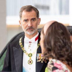El Rey Felipe mira a la Reina Letizia en la entronización de Naruhito de Japón