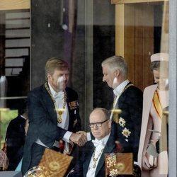 Guillermo Alejandro de Holanda y Felipe de Bélgica se saludan en presencia de Alberto de Mónaco y Matilde de Bélgica en la entronización de Naruhito de Jap