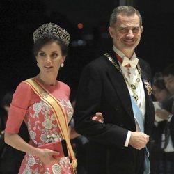 El Rey Felipe y la Reina Letizia con la tiara Flor de Lis en la cena por la entronización de Naruhito de Japón