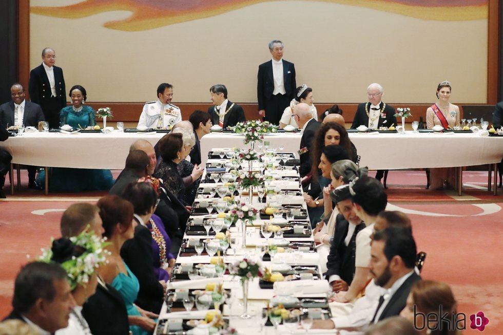 Naruhito y Masako de Japón con Carlos Gustavo de Suecia y Victoria de Suecia en la cena por la entronización de Naruhito de Japón