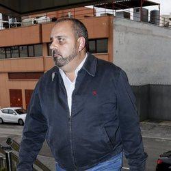 Julio Ruz en la capilla ardiente de Margarita Seisdedos