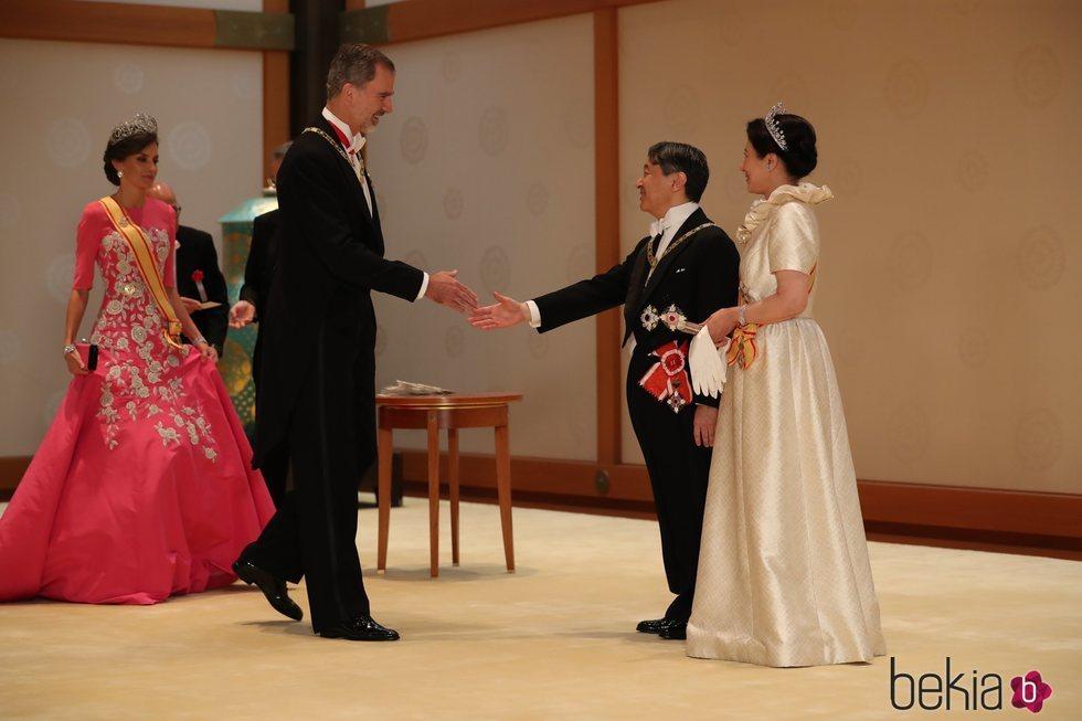 El Rey Felipe saluda a Naruhito de Japón en su entronización en presencia de la Reina Letizia y Masako de Japón
