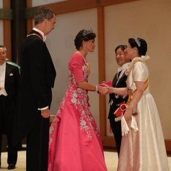 La Reina Letizia saluda a Masako de Japón en presencia del Rey Felipe y Naruhito de Japón en la cena de gala por la entronización de Naruhito de Japón