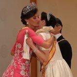 La Reina Letizia abraza a Masako de Japón en la cena de gala por la entronización de Naruhito de Japón