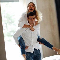 Alice Campello, muy feliz subida a los hombros de su marido Álvaro Morata