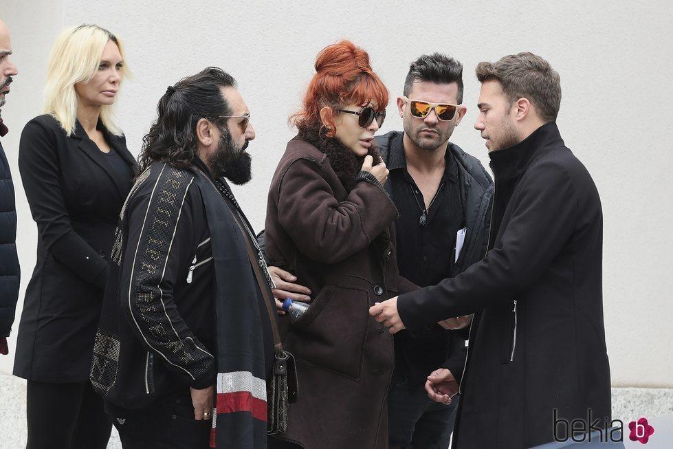 Yurena, arropada por sus amigos en el funeral de su madre Margarita Seisdedos